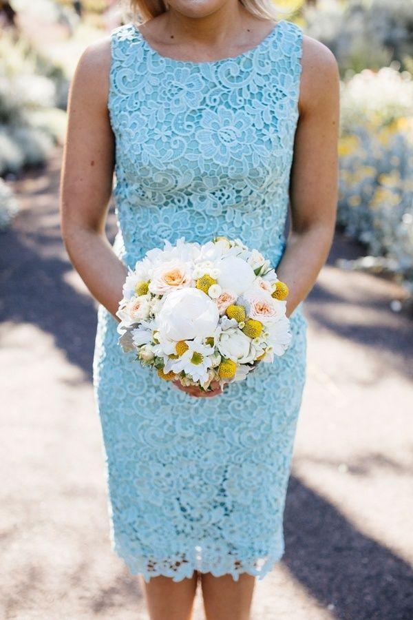 Небесно голубое платье с кружевом