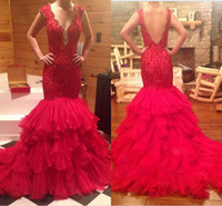 2016 Red Estilo Árabe V-neck Sexy Mermaid Vestidos Backless mão frisada Lace Top Tiered Ruffles Capela Train Prom Vestidos