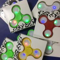 Новые светодиодные ручные прядильщики Fidget Spinner Верхний треугольник качества треугольника Spinning Top Красочные декомпрессионные пальцевые игрушки с розничной коробкой