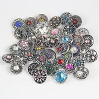 Boutons à bouton pression 50pcs Styles de mélange de haute qualité 18mm Boucles d'oreilles en métal Bijoux Styles de strass Boutons de bouton Snaps NOOSA Chunk
