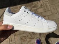 Los zapatos clásicos de calidad superior de los hombres clásicos de las mujeres calzan las zapatillas de deporte ocasionales del deporte del cuero de las zapatillas de deporte del forjador de la manera