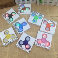 Новые светодиодные ручные прядильщики Fidget Spinner Верхний треугольник качества треугольника Spinning Top Красочные пальцы с декомпрессионными пальцами Tip Tops Toys