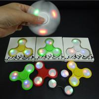 En stock Led luz Fidget Spinner juguete dedo spinner juguete Mano tri spinner HandSpinner EDC Juguete para la descompresión Ansiedad Juguetes