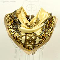 Venta al por mayor del estilo de Europa-Beige leopardo de impresión amarillo satinado bufanda Cabo Nuevo diseño de la venta de la muchacha caliente de la bufanda de seda del mantón de las mujeres Silenciador Cachecois