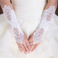 al por mayor fingerless wedding gloves white-¡Envío libre! Guantes nupciales 2016 del bordado moldeado en guantes nupciales blancos de marfil rojos negros fingerless de las perlas de la longitud del codo de la acción para la boda
