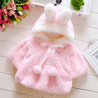 al por mayor ropa exterior de bebé de color rosa-Bebé encantador conejo con capucha bola de felpa con cordones Poncho felpa de piel abrigo de invierno del otoño niños de 0-4 años de edad abrigos tencas rosa para niños Outwear