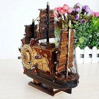 La imitación de madera del modelo antiguo barco de pesca con la caja de música