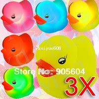 Wholesale Hot Selling Funny LED Flashing Changing Multi Color Rubber Yellow Duck Baby Bath Toys Kids Children Swiming Bath Water Toy