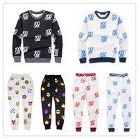 Emojis roupas Preços-A venda quente 100 novos emoji imprimiu o treino bonito do terno do suor dos desenhos animados para homens / mulheres / menina / menino joggershoodies ajustou o balckwhite do pano do equipamento