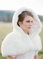 Faux fur jackets Цены-2015 Зимние искусственного меха Плащи с капюшоном Свадебный Обертывания Белый с коротким рукавом Меховые Свадебные пожимает плечами Болеро Куртки