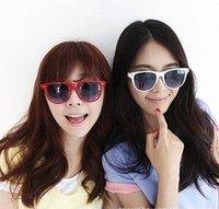Wholesale New Popular classic style sunglasses women and men modern beach sunglasses Multi color sunglasses