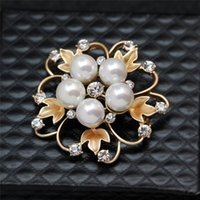 Wholesale New year gift for girls Elegant A matte plated gold bridal brooch pin silver flower brooch for women white crystal wreath pearl brooches pin