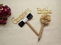 Compra Bolígrafos personalizados boda-2 PC, pluma rústica personalizada de la boda, pluma del libro de huésped, pluma del novio y de la novia, pluma de MrMrs, pluma de burlap del Guestbook, pluma del Jute, bautismos o cualquier ocasión