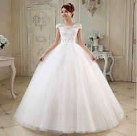 Wholesale Tulle Ball Gown Wedding Dress With Handmade Flower and Pearl White Ivory Fashion Scoop Neck Bridal Gown Lace Up