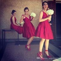 al por mayor vestidos de dama de honor de raso de color rojo oscuro-Rojo oscuro rodilla vestidos de dama de longitud 2016 profundo cuello en V sin mangas corto partido vestidos de baile para la boda vestidos de fiesta de raso acanalado