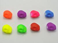 al por mayor encantos gótico mixtos-50 Mixed Fluorescent Neon Beads Acrílico gótico cráneo encanto perlas de 12 mm de caucho Tone