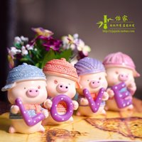 Wholesale New resin craft lovely cute love pig best car doll home and wedding decoration