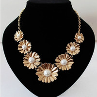 Wholesale Sweet gold daisy statement necklace for women daisy pearl chain statement necklace choker gold plate statement