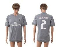 2015 2016 Bienes de Madrid # 2 Varane gris Soccer Jerseys Tailandia uniforme ausente del fútbol Descuento Inicio Fútbol Wears Mens Soccer Apparel en Venta