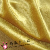 Outer sofá cadeira de tecido único camelo luz dourada veludo casaco vestido sentindo fundo dourado suave cortina de pano