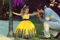 al por mayor amarillo vestidos de bola de los vestidos-Vestidos de niñas de flores para bodas 2017 Scoop sin mangas de encaje vestido de bola Appliques con cinta de cintura amarillo Dresses Pageant para las niñas