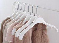 Wholesale Top Quality Non Slip Wide Shoulder White Plastic Clothes Hanger for Coats Garment and Fur