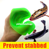 Wholesale Prevent Stabbed Anti Slip Smell Stab Resistant Fishing Gloves Catch Fish Hand Protection to Catch Fish Grip Caught Fish Device