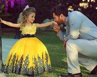 al por mayor amarillo vestido largo y oscuro-Amarillo Larga Niñas Pantalón Dresses con Negro Sash Dark Navy Lace Appliques Ball Gown Piso Longitud Fower Girl Vestidos Fromal 2015 2016 Baratos