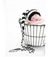 Envío libre, sombrero negro del duende del duendecillo de Paisley del ganchillo recién nacido / blanco con el gran pompom perfecto APRETÓN RECIÉN NACIDO de la cola larga de la fotografía de NB-3m