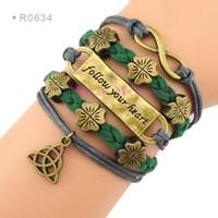 achat en gros de bracelet en cuir nœuds de charme-Infinity Suivez votre coeur Trèfle chanceux Trèfle à quatre feuilles Nœud celtique Triquetra Bracelets enveloppe charme Shamrock Pendentif Cadeau en cire en cuir