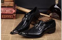 Llegada Negro piel de serpiente de cuero genuino hecha a mano punta de metal Spikes Slip punta estrecha en el vestido formal Zapatos Sexy Moda Mans