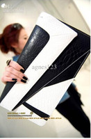 Wholesale Woman bagNew handbag briefcase and retro snake hit color hand packet packet packet female cros top sale