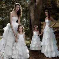 Wholesale Fashion New Tiers Handmade Flower Wedding Dresses Strapless Ruffles Organza Fabric Wih Flower Girl Dress Bridal Gowns Fast Delivery