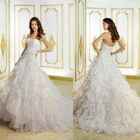 2015 Robes de mariée élégantes nouvelles avec des perles Appliques Sweetheart Backless une ligne Ruffles Sweep organza train organza Robes de mariée blanche