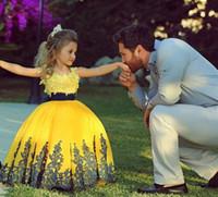 achat en gros de jaune robes de bal robes-2015 Belle Princesse Jaune boule Robes avec manches courtes Cap ras du cou Puffy Jupe autocollantes dentelle Flower Girls robes Pageant BO7249