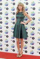 Cheap Swift BBC Radio One Teen Awards Bateau Short Satin Graduation Dresses No Sleeve Crystals Beads Charming Prom Party Dress