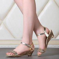 2016 Los rhinestones sólidos del cuero de patente del talón de cuña grande del tamaño 33-43 abren la sandalia 888 de las mujeres de los zapatos de la oficina de la señora de la correa de la hebilla de los dedos