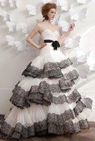 Robes de mariée noires et blanches 2016 Sweetheart cascade Ruffled Sash étage Longueur Robe de mariée taille plus