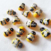 achat en gros de ornement en bois artisanat-5000PCS / LOT.Wood mini-jaune abeille autocollants, bois volent autocollants, artisanat de Pâques, Accueil ornament.3D stickers muraux, 13x9mm, gros