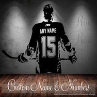 Calcomanías personalizadas extraíbles Baratos-D612 (A005) Jugador de hockey Arte de la pared Calcomanía de etiqueta Escoge el número de nombre Adorno desmontable para dormitorio de niño