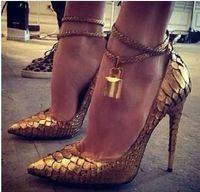 Precio de Las mujeres atractivas de oro-2016 La mayoría de los zapatos atractivos populares de la señora de oro de la cerradura de lujo del muslo de las mujeres talones altos apuntaron las bombas del dedo del pie