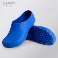Acheter Caoutchouc respirante-Gros-Cleanroom chaussures de travail Chaussures en caoutchouc ANR1301 avec Strap hommes femmes chirurgie bouchent respirant de haute qualité et massage des pieds.