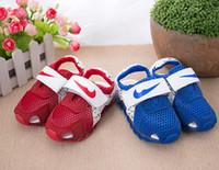Acheter Plaques rouges-Enfants LED sandales Garçons Filles creux Led éclairage Chaussures Enfants respirant sandales Bébé Luminous Chaussures plates chaussures bébé bleu rouge 6131