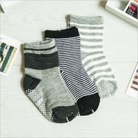 Wholesale Boy qualities models dispensing non slip cotton socks for children