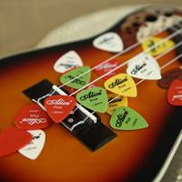 Los accesorios 20pcs / Lot de la guitarra del En-Negocio 20pcs 1.20mm de Alicia la guitarra acústica eléctrica estándar estándar de nylon seleccionan el envío libre de las púas