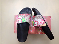 al por mayor men s playa-La marca de fábrica de los hombres de las nuevas mujeres de la manera de la llegada florece y las sandalias planas al aire libre cómodas de la playa deslizan