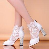 Revisiones Zapatos de damas de honor negro baratos-Zapatos de boda baratos con tacones de gatito Peep negro / blanco Appliques zapatos de noche Prom dama de honor / zapatos de novia con el dedo del pie abierto