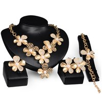 Vendeur chaud de femme de vente concepteur exagéré de diamant de mode collier en cristal Boucles d'oreille bracelet anneau 4 pcs fleur ensemble de bijoux en or