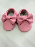 12pairs Los nuevos moccines de los niños de la alta calidad de los colores de la llegada 17 venden al por mayor el caminante suave hecho hombre del bebé del cuero de la PU calza el bowknot del estilo de Europa