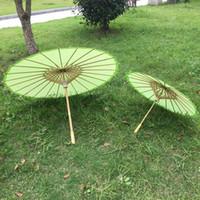 al por mayor chinese parasol-Nuevos verdes de papel de color sombrilla Los niños y adultos sombrillas boda paraguas de artesanía china Diámetro 23,6 pulgadas y 33 pulgadas el envío del descenso